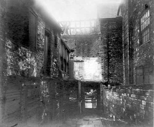 10th September 1928. Kings Arms Yard, off Lowerhead Row, looking south. A horse pulling a cart can be seen through the entrance in the background. Part of the yard has already been pulled down and the rest would soon demolished as part of the plans to widen Lowerhead Row and convert it into part of The Headrow. Text and image taken from Leodis