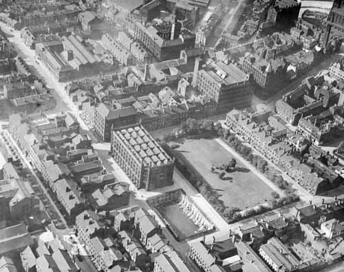 c1926 Aerial view of Park Square surrounded by trees just off centre (C) Leeds Libraries, www.leodis.net
